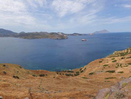 Místa na Milosu... Kostel Prophet Elias (Προφήτης Ηλίας) a výhled na moře a polovinu ostrova