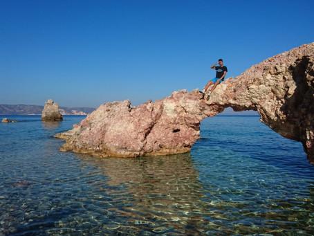 Místa na Milosu... Nudistická pláž Kastanas (a kamenná brána do moře)