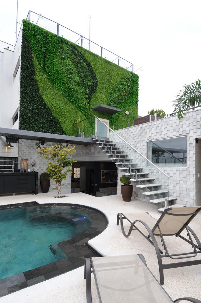 Vista da cobertura com a parede verde artificial em destaque