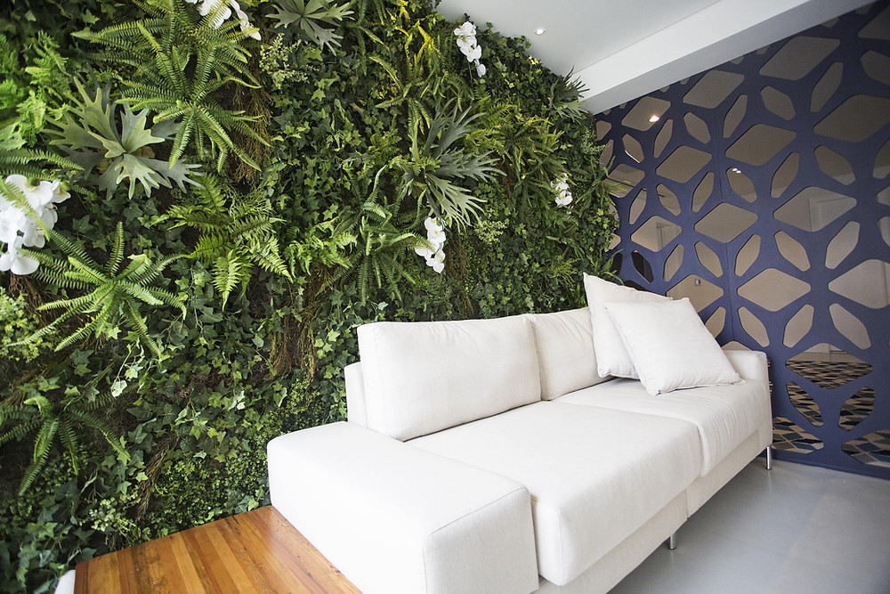 Jardim Vertical em Varanda de Apartamento com Samambaias Artificiais e Orquídeas Brancas