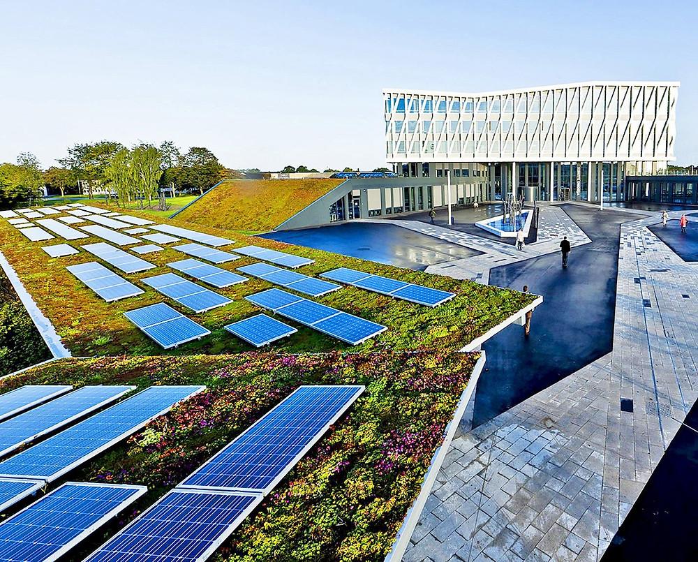 Telhado verde e placas de energia solar