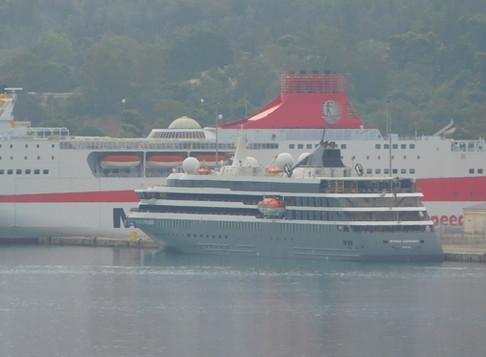 Tο κρουαζιερόπλοιο World Explorer στο λιμάνι της Σούδας.