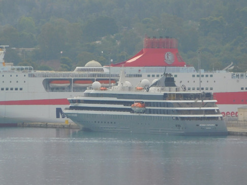 Το κρουαζιερόπλοιο World Explorer στο λιμάνι της Σούδας.