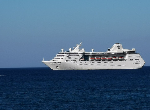 """Το κρουαζιερόπλοιο """"EMPRESS OF THE SEAS"""" ανοικτά του κόλπου της Σούδας."""