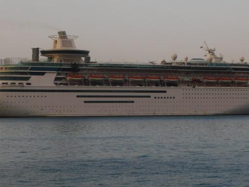 """Εκτακτη άφιξη του κρουαζιερόπλοιου """"MAJESTY OF THE SEAS"""" στο λιμάνι της Σούδας."""