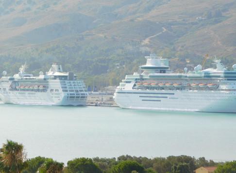Δύο κρουαζιερόπλοια στο λιμάνι της Σούδας σήμερα.