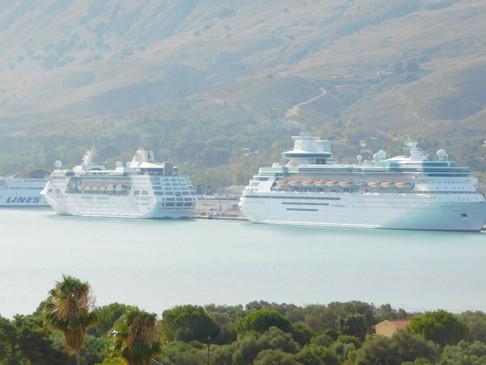Πώληση των δύο κρουαζιερόπλοιων  Empress Of The Seas & Majesty Of The Seas