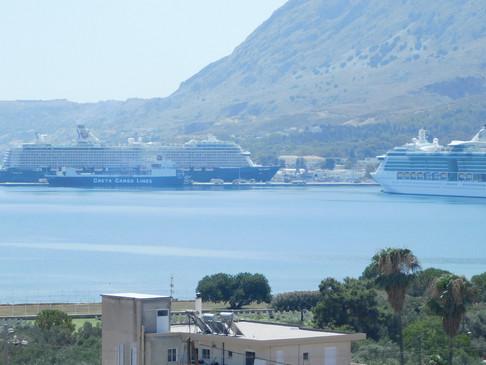 Δυο κρουαζιερόπλοια στο λιμάνι της Σούδας.