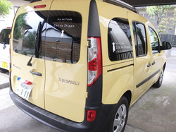 「犬のやど くーのしっぽ」の送迎車(黄色いカングー)の写真