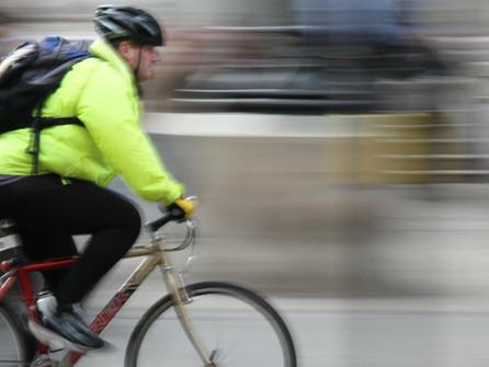 Atenção ciclistas: o uso de equipamentos de segurança é obrigatório!