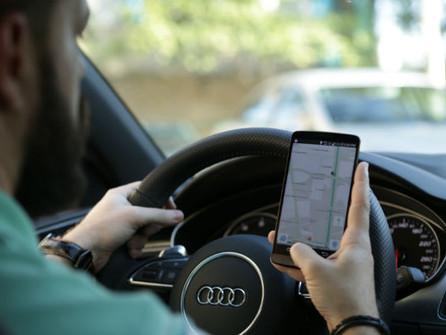 Celular dá multa ao volante, mas uso cresce.