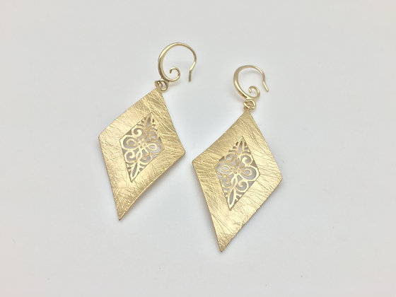 EG. 18 Gold Hishigata Earrings