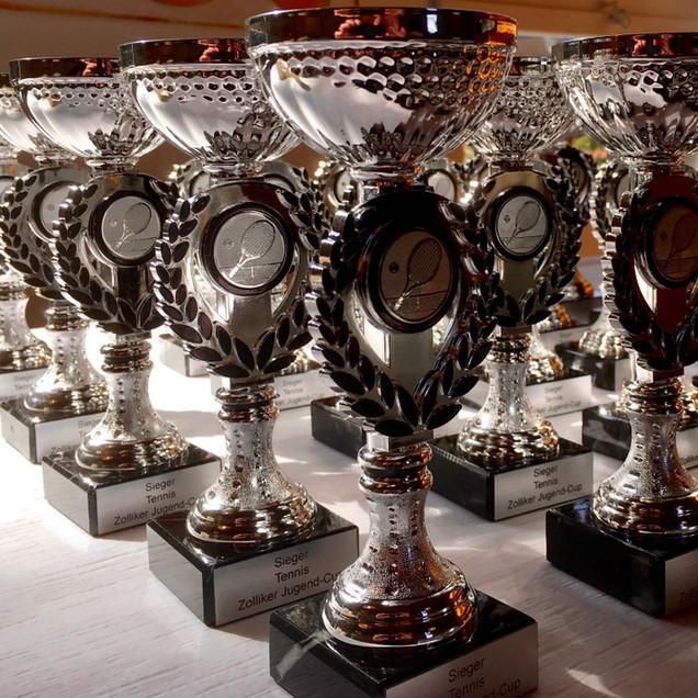Jugendcup-Pokale_für_alle_(Medium).jpg