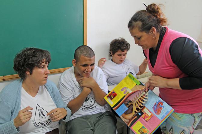 Educando para o Mundo - Prof. Viviane Candiani
