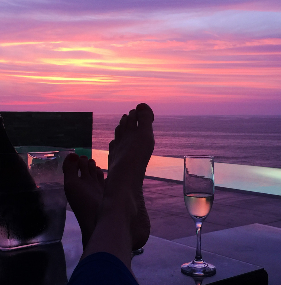 piscina sunset y pies.JPG