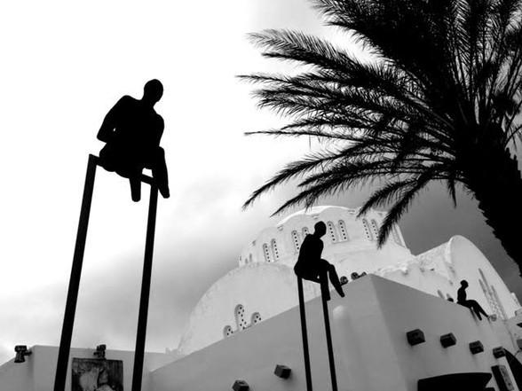 Santorini hombres suspendidos.jpg