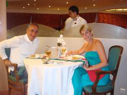 Alex Kouri y Andrea Llona- cenando