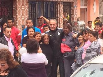 Alex Kouri con los pobladores del Callao