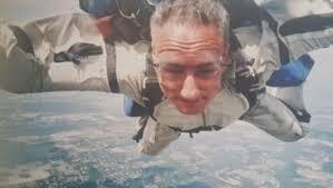Álex Kouri en paracaidas