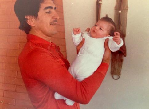 En brazos de papá
