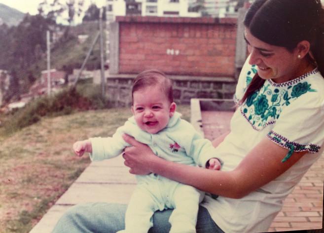 En el patio de casa con Mamá