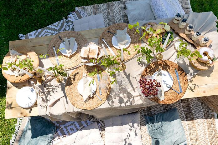 Miza za dekliščine in manjše družbe.jpg