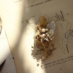 Naprsni šopek iz suhega cvetja, z juto in čipko