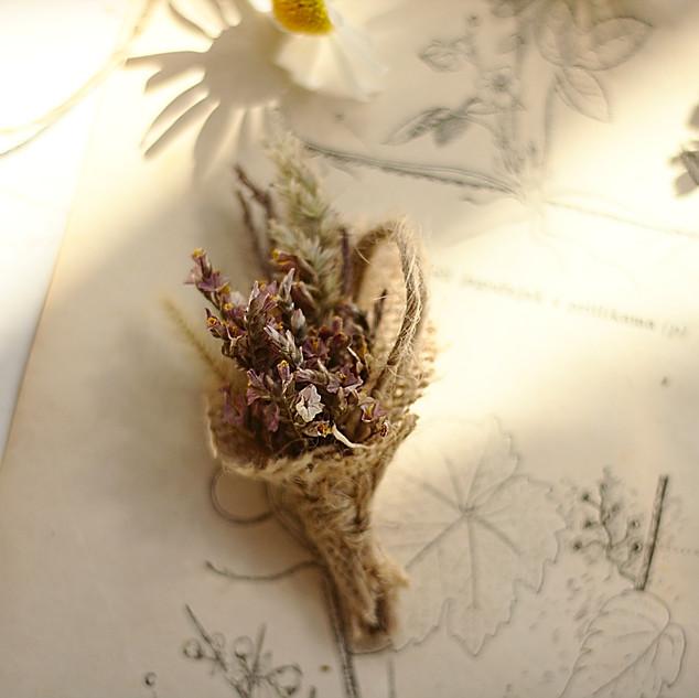 Naprsni šopek iz suhega cvetja.jpg