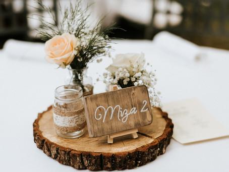 Romantična rustična poroka - namizna dekoracija z lesenimi podstavki