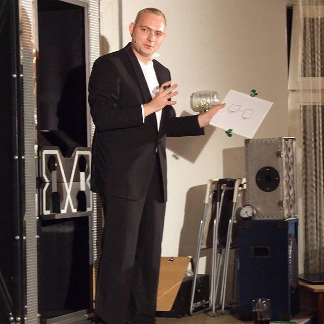 Maximus bei der  2. #Zauberschlacht _#poetryslam meets #magicshow The inventors of #Zauberschlacht s