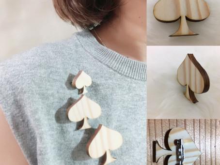 木のブローチ ラジアータパイン