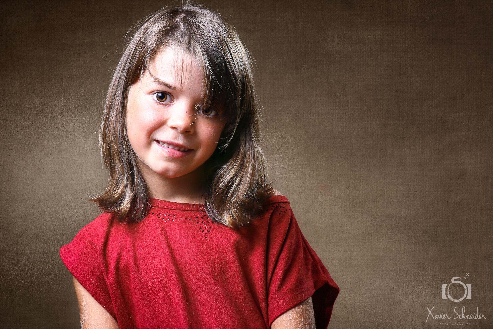 portrait enfant fond marron