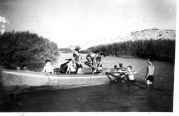 חברי ניר גלים בשיט ורחצה בנחל לכיש 1949