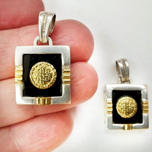 Medalla san benito cuadrada con onix