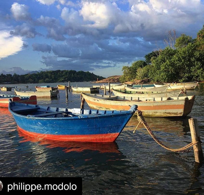 Barcos atracados na praia de Camburi em