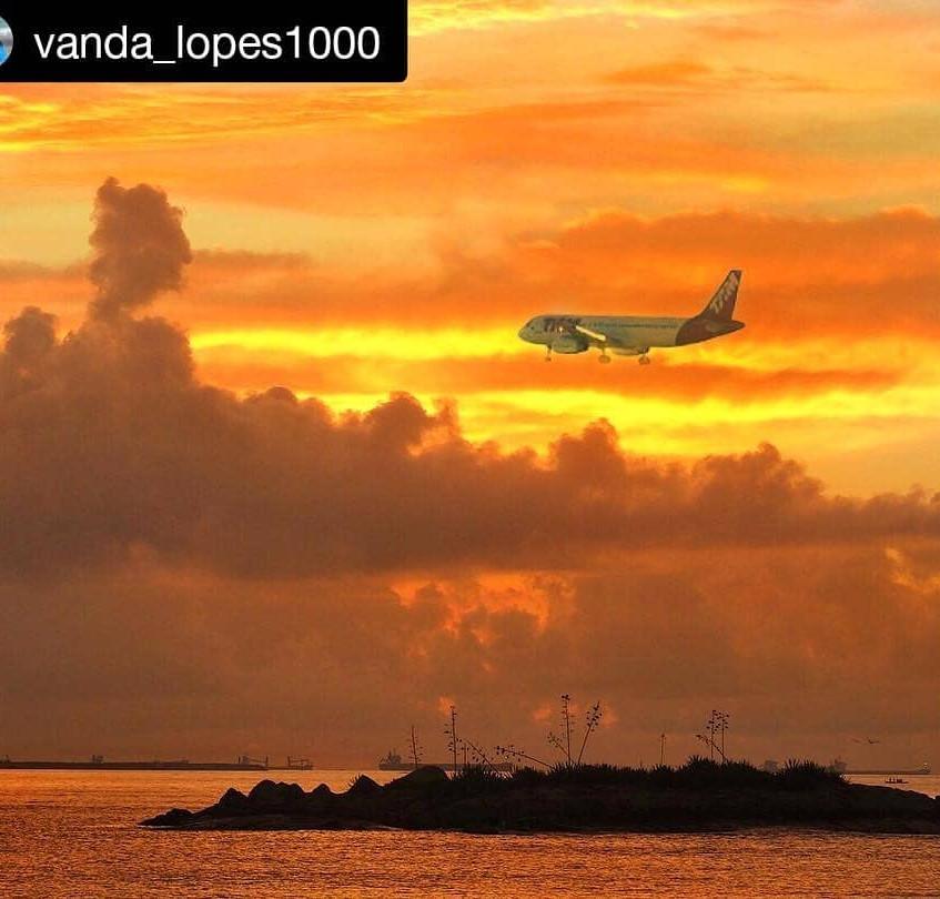 Aviao pousando no aeroporto de Vitoria e