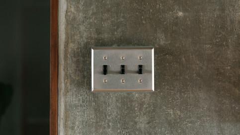 【照明スイッチ】照明には、アメリカンスイッチを使用しています。100年以上の歴史を持つアメリカの定番スイッチです。シンプルさと格好良さが絶妙。