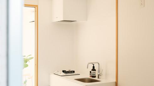 ホワイトを基調とした清潔感のあるキッチン。シンプル&ミニマムな印象のキッチンは、料理の時間を楽しませてくれます。