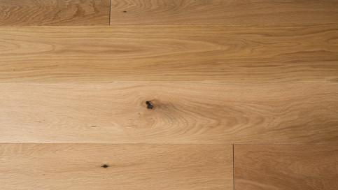【床材の質感】オークの無垢フローリング。玄関廊下には120幅、リビングには150幅のフローリングを使用しています。オスモ自然塗装で素足に優しい床材です。