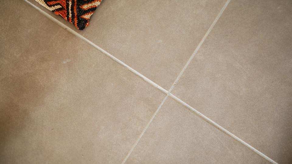 キッチン、トイレの床には、なんとも贅沢な30cm角の本物のタイルを採用しています。