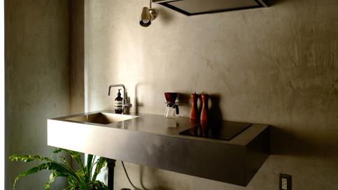 【キッチン】1500幅のステンレスキッチン。脚のない壁固定タイプでスタイリッシュです。