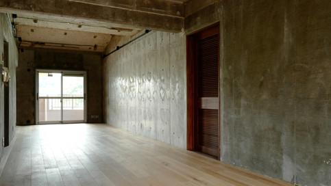 【リビング壁】コンクリートの素地とモルタル補修部分が、ラフさと無機質な雰囲気をかもしだし、とてもカッコ良いです。