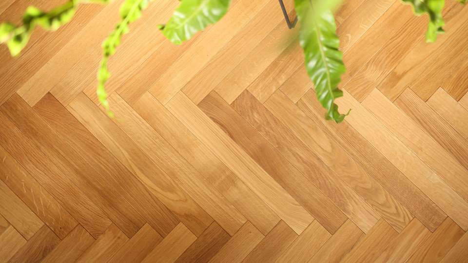 職人さんが一枚一枚の床板を丁寧に貼ってくれたヘリンボーン床。それぞれの板の表情が異なって、とても豊かな雰囲気に仕上がっています。