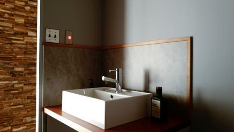 【洗面室】造作の洗面台。洗面受台は、ブビンガ木材で作っています。