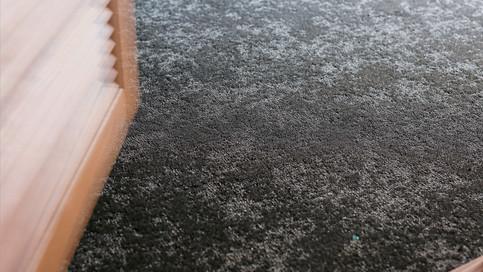 【洋室の床材】洋室にはロールカーペットを採用しました。ループ状で仕上げた後に表面を刈り取る加工技術で作られたカーペット。継ぎ目がなくインテリア性の高いカーペットです。