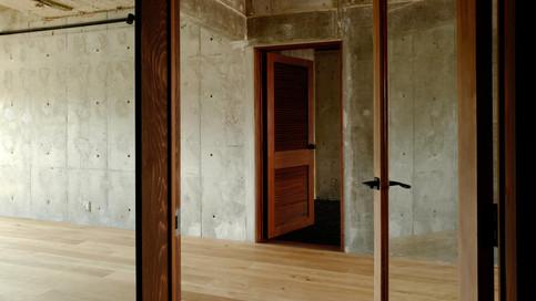 【洋室ルーバードア】洋室側は、ウォールナット色のルーバードアを採用しています。とても絵になるデザインです。