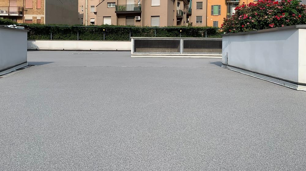 La ristrutturazione eseguita sostituendo piastrelle con un pavimento in resina cementizia in un terrazzo condominiale