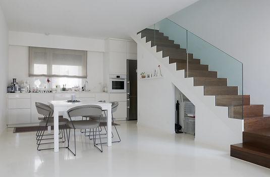 Il pavimento in resina color bianco (monocromatico) di una casa moderna