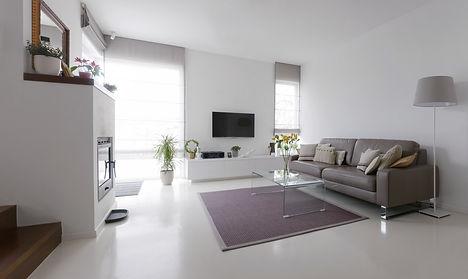 Un'idea di salotto moderno con TV, zona relax, una lampada e piante