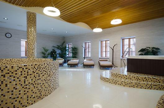 Centro benessere con sdrai e vasche idromassaggio rivestite di resina